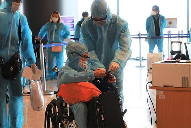"""Sân bay Vân Đồn đón 345 khách có """"Hộ chiếu vắc xin"""" về từ Mỹ ảnh 6"""