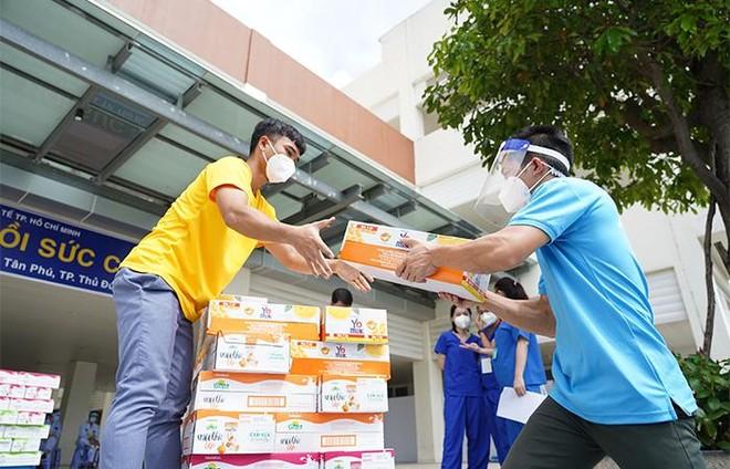Vinamilk ủng hộ thêm 5 tỷ đồng sản phẩm và thiết bị y tế cho các trung tâm hồi sức tích cực và bệnh viện tuyến đầu ảnh 2