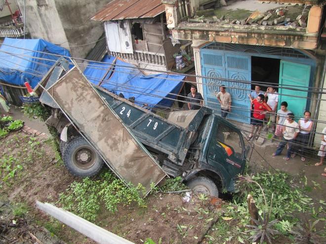Xe tải mất lái cắm đầu xuống đường đê