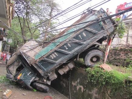 Xe tải mất lái cắm đầu xuống đường đê ảnh 2