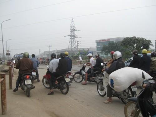Vụ tàu hỏa tông xe máy tại Hà Đông: Gác chắn thiếu an toàn? ảnh 3