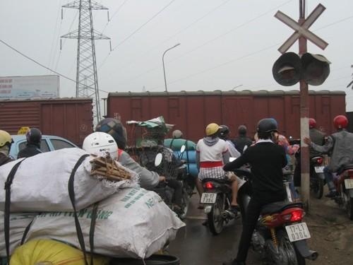 Vụ tàu hỏa tông xe máy tại Hà Đông: Gác chắn thiếu an toàn? ảnh 4