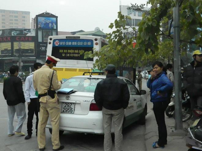 """Xe buýt """"săn"""" taxi giữa phố vì tội """"chạy láo"""" ảnh 2"""