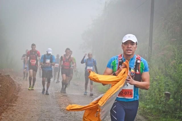 Ông Lê Hồng Minh – Tổng Giám đốc VNG sau khi chạy được 1,5 km đã bỏ lại khá đông các vận động khác phía sau, và phải cởi áo khoác do trời nắng và nóng dần