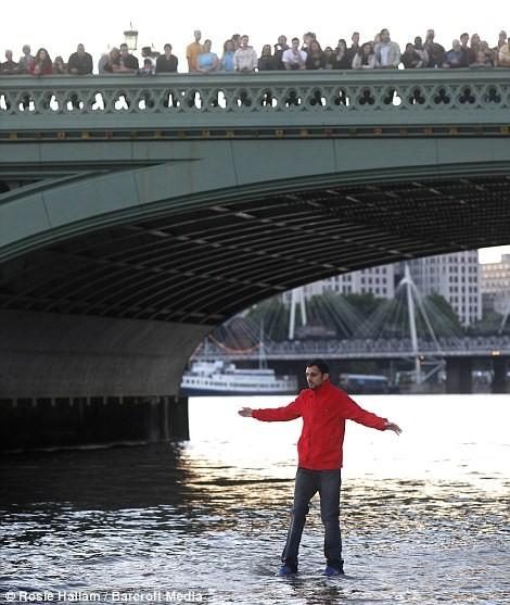 Đi bộ trên mặt sông ảnh 1