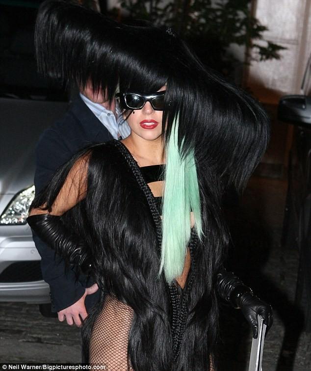 Choáng với trang phục làm bằng tóc của Lady Gaga ảnh 1