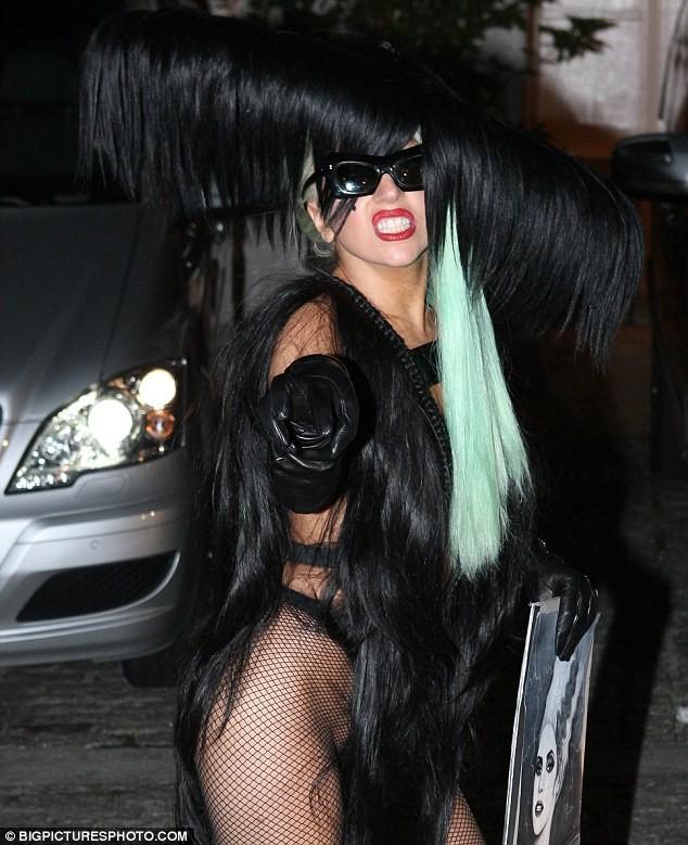 Choáng với trang phục làm bằng tóc của Lady Gaga ảnh 2