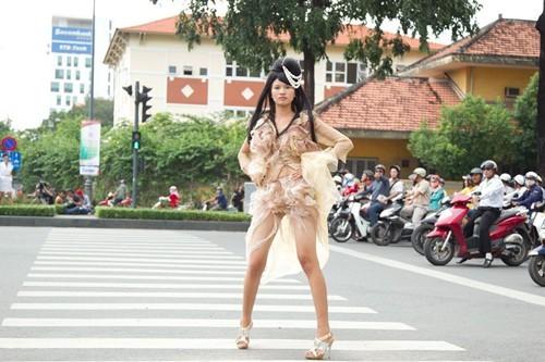 """Giám khảo Vietnam's next top model cùng """"lột xác"""" theo thí sinh ảnh 3"""