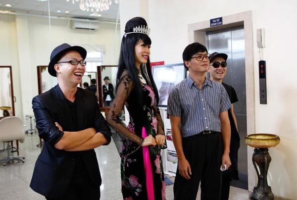 """Giám khảo Vietnam's next top model cùng """"lột xác"""" theo thí sinh ảnh 2"""