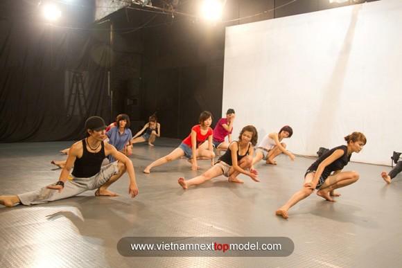 """2 thí sinh Vietnam's Next top model """"choáng"""" vì bài tập thể lực ảnh 4"""