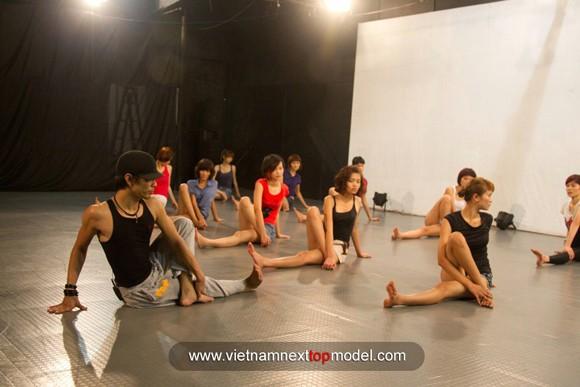 """2 thí sinh Vietnam's Next top model """"choáng"""" vì bài tập thể lực ảnh 5"""