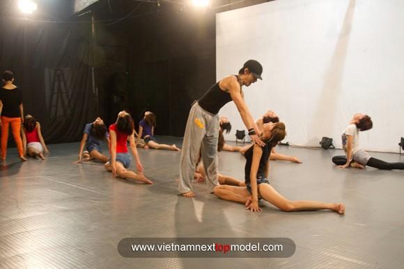 """2 thí sinh Vietnam's Next top model """"choáng"""" vì bài tập thể lực ảnh 6"""