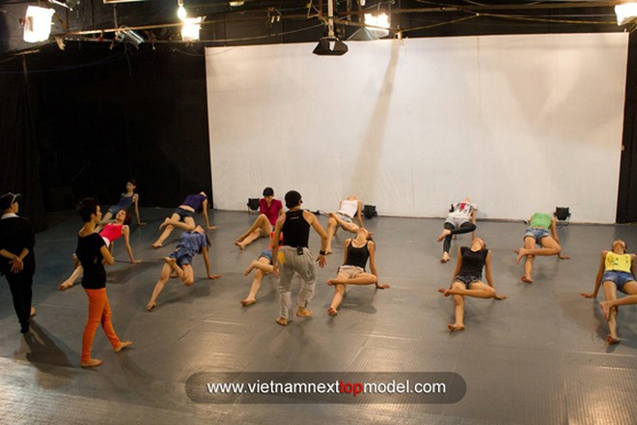 """2 thí sinh Vietnam's Next top model """"choáng"""" vì bài tập thể lực ảnh 1"""