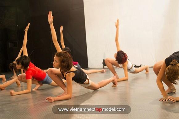 """2 thí sinh Vietnam's Next top model """"choáng"""" vì bài tập thể lực ảnh 7"""