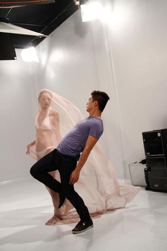 """""""Phù thủy"""" Nam Trung dạy Top model tạo dáng"""