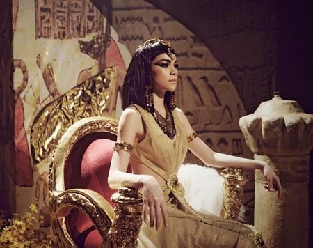 Hà Hồ trở thành Nữ hoàng Ai Cập quyền lực và quyến rũ ảnh 2