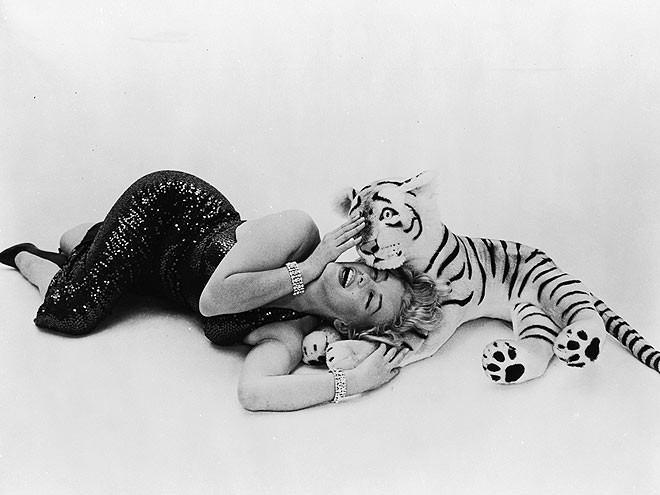 """""""Huyền thoại sắc đẹp"""" Marilyn Monroe rực rỡ bên thú cưng ảnh 5"""