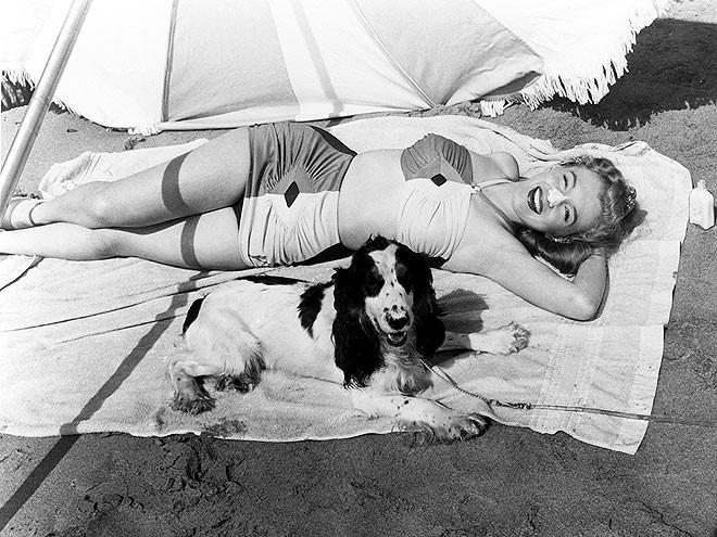 """""""Huyền thoại sắc đẹp"""" Marilyn Monroe rực rỡ bên thú cưng ảnh 6"""