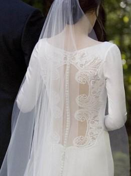 """Giả vờ cưới để được thử váy của vợ """"ma cà rồng"""" ảnh 1"""