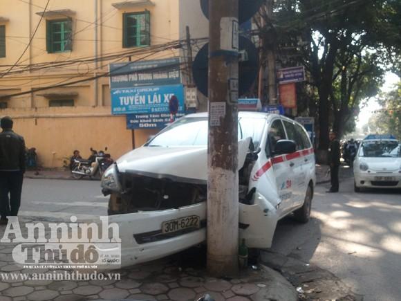 Đâm vào cột điện, xe taxi nát bét đầu ảnh 2