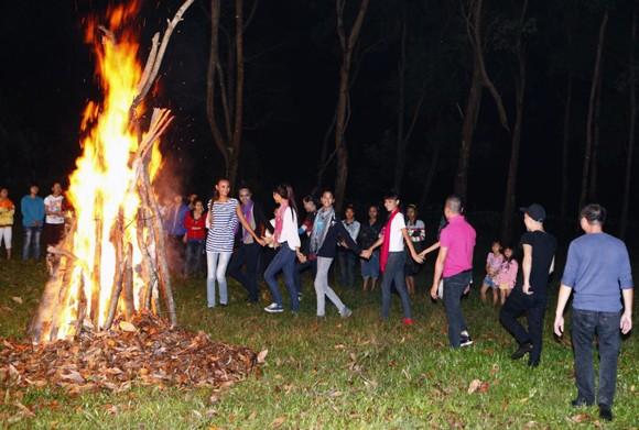 Top 6 Next top model đốt lửa trại để thuần phục voi ảnh 1