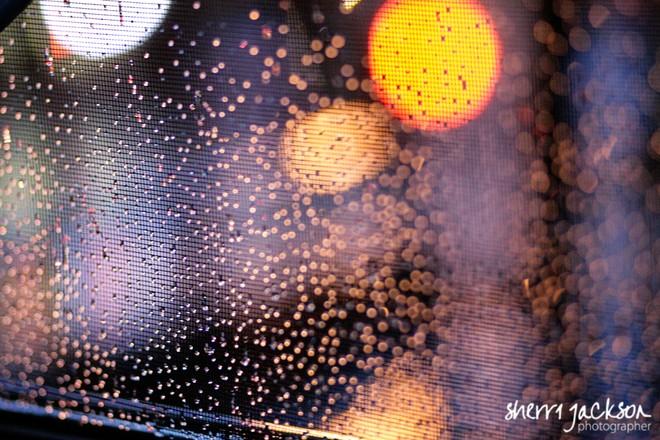 Tùy vào góc độ của máy ảnh với giọt nước sẽ cho ra các hiệu ứng ánh sáng khác nhau và độ nhòe của giọt nước cũng khác nhau. Trong hình, những đốm sáng to màu trắng và màu vàng là một hình phản chiếu của 1 giọt nước khác trong không trung bị đèn xe, hoặc đèn quảng cáo phản chiếu vào gương, đi qua thấu kính và đến cảm biến ảnh của máy chụp hình.