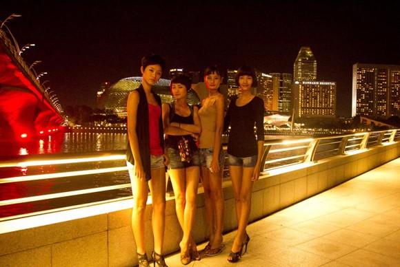 Top 4 Model khoe chân dài tại đảo quốc Sư Tử ảnh 6