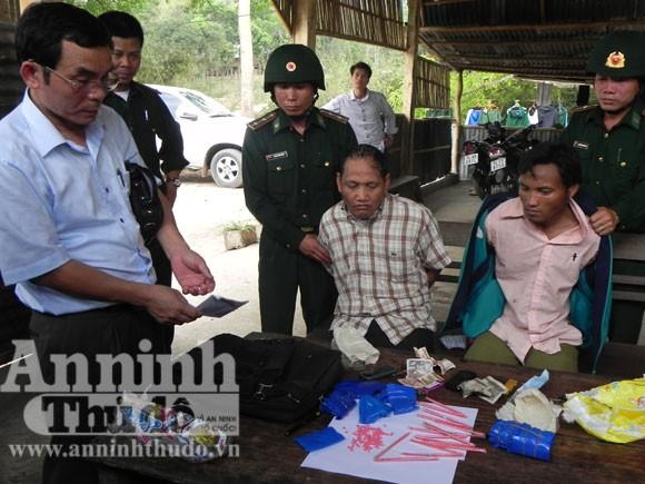 Bắt giữ 2 cha con vận chuyển 4.300 viên ma tuý từ Lào vào Việt Nam ảnh 1