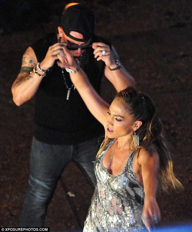 Jennifer Lopez bị bồ trẻ kéo áo… nhòm ngực ảnh 1