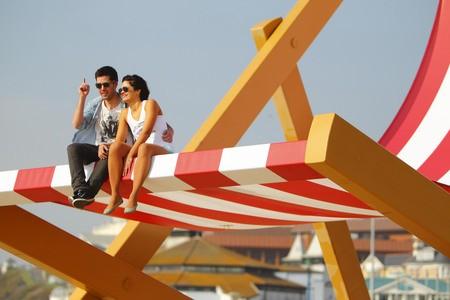 Cặp tình nhân ngồi trên chiếc ghế để hóng gió