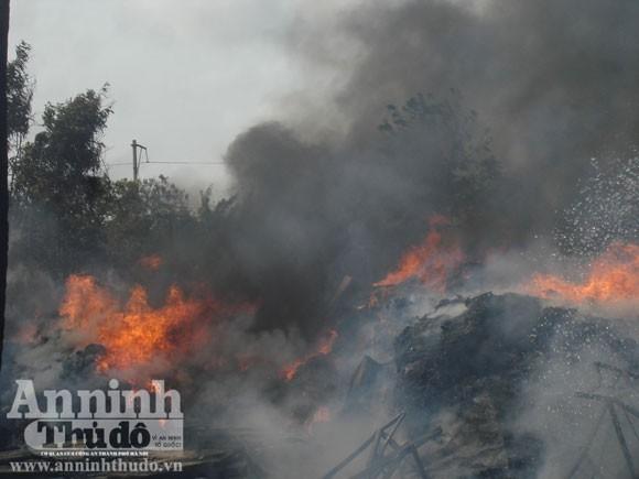 Cháy xưởng sản xuất nệm gây thiệt hại hơn tỷ đồng ảnh 1
