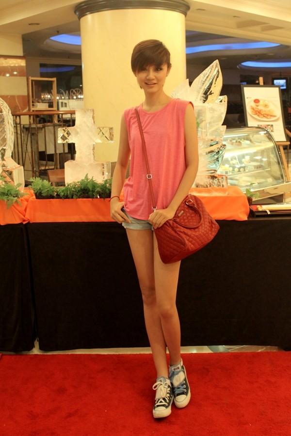"""Á quân Top model 2011 """"khoe chân"""" tại Malaysia ảnh 11"""