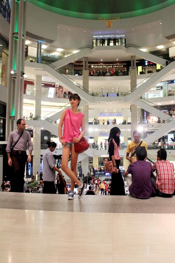 """Á quân Top model 2011 """"khoe chân"""" tại Malaysia ảnh 12"""