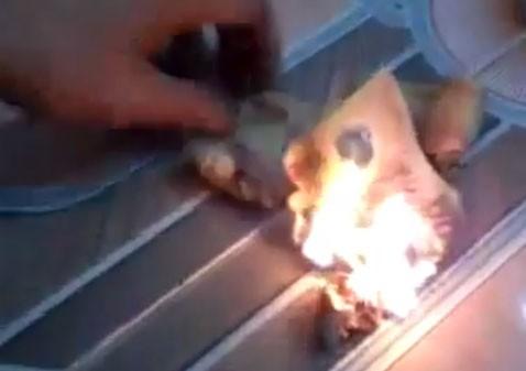 """Cư dân mạng phẫn nộ hành vi """"đốt tiền mua vui"""" của thanh niên trẻ ảnh 1"""