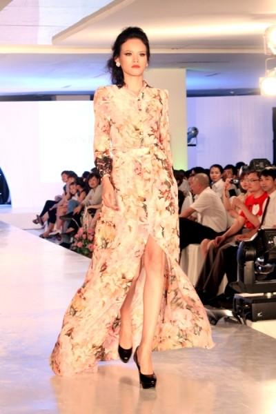 Tuyết Lan ấn tượng tại Hà Nội Fashion Week ảnh 4