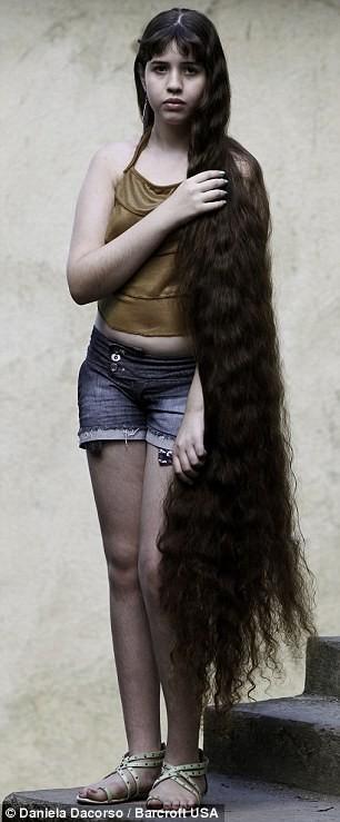 Cô bé bán tóc mua nhà cho gia đình ảnh 1