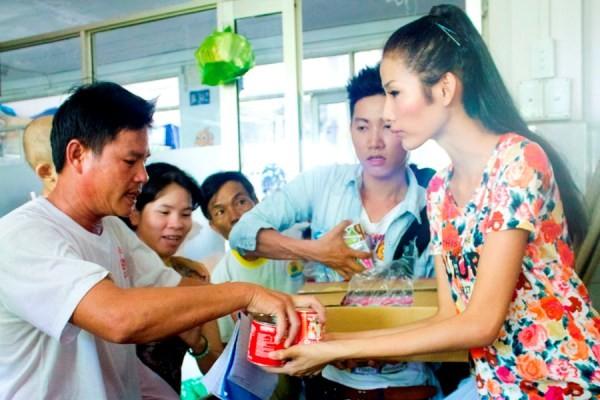 Dàn người mẫu Top model làm từ thiện ngày 1-6 ảnh 9