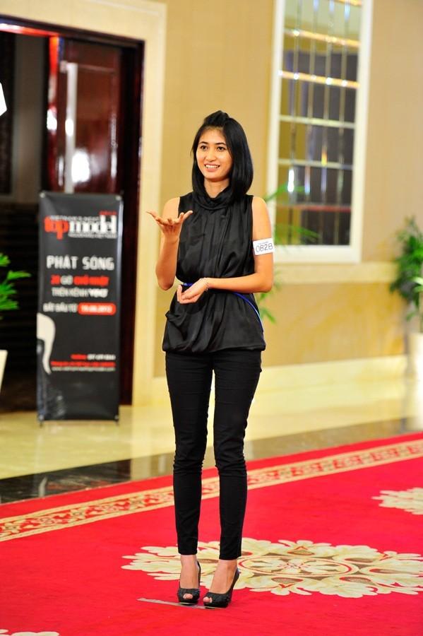 """Vietnam's Next Top Model 2012 """"hút hồn"""" chân dài sinh viên ảnh 1"""