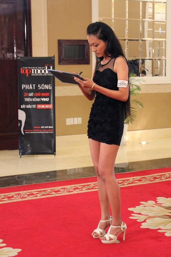"""Vietnam's Next Top Model 2012 """"hút hồn"""" chân dài sinh viên ảnh 2"""