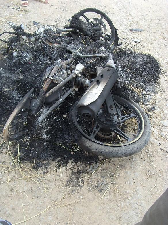 """""""Cẩu tặc"""" bị đánh chết tại chỗ, đốt xe máy ảnh 2"""