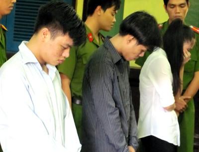 Nhóm dàn cảnh cướp tài sản gái mại dâm trước tòa. Ảnh: H. D