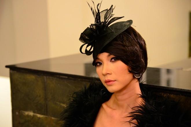 Hết mặc váy, nam giám khảo Top model lại giả gái gây sốc ảnh 2
