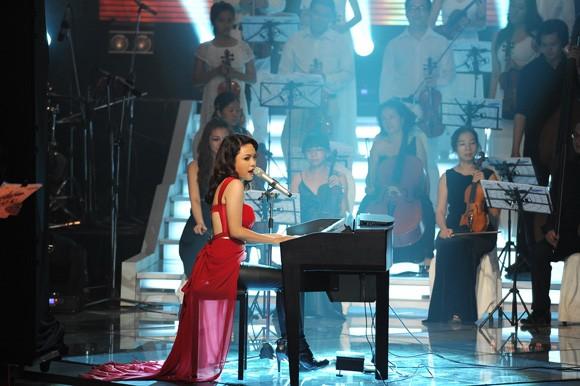 """Bị loại ở The Voice, Thái Trinh, Trần Nghĩa """"càn quét"""" Bài hát Việt ảnh 1"""