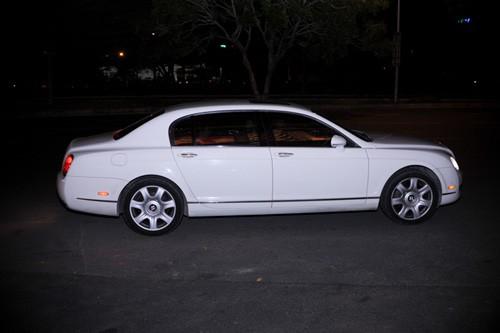Ngô Thanh Vân rực rỡ bên siêu xe Bentley ảnh 1