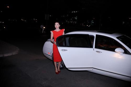 Ngô Thanh Vân rực rỡ bên siêu xe Bentley ảnh 2