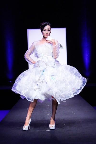 Nhà thiết kế nhọc nhằn biến rác thành váy dạ hội ảnh 4