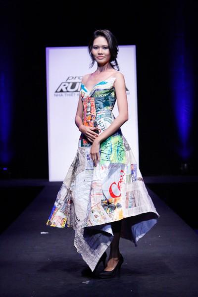Nhà thiết kế nhọc nhằn biến rác thành váy dạ hội ảnh 5