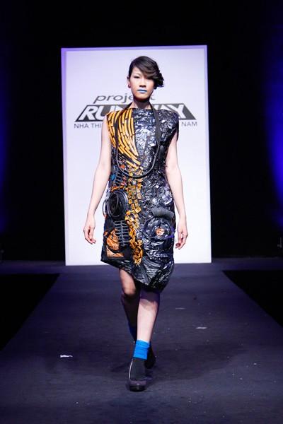 Nhà thiết kế nhọc nhằn biến rác thành váy dạ hội ảnh 10