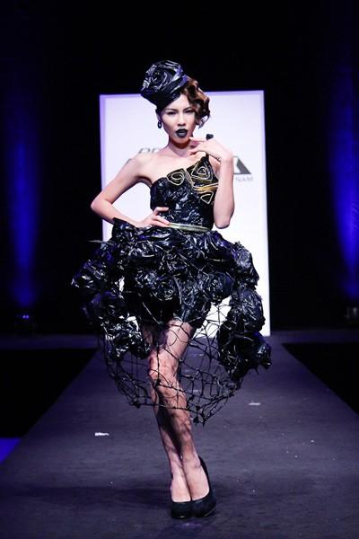 Nhà thiết kế nhọc nhằn biến rác thành váy dạ hội ảnh 6