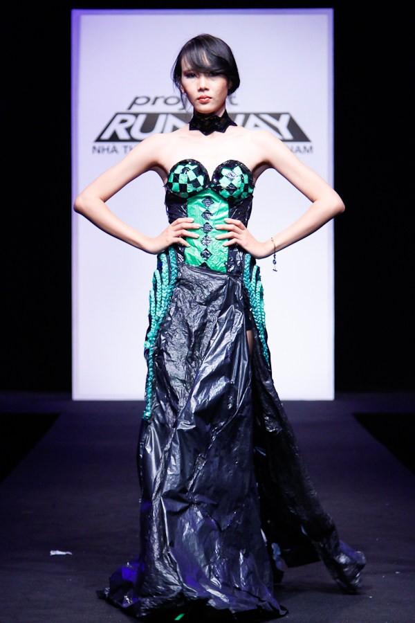 Nhà thiết kế nhọc nhằn biến rác thành váy dạ hội ảnh 9
